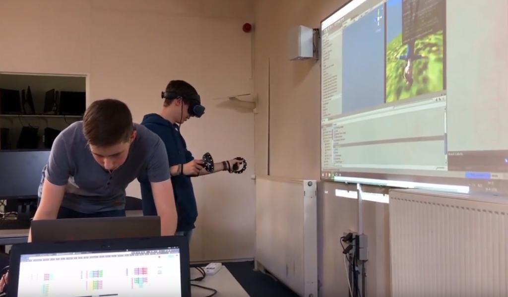 Nino en Remon werken aan een VR EscapeRoom