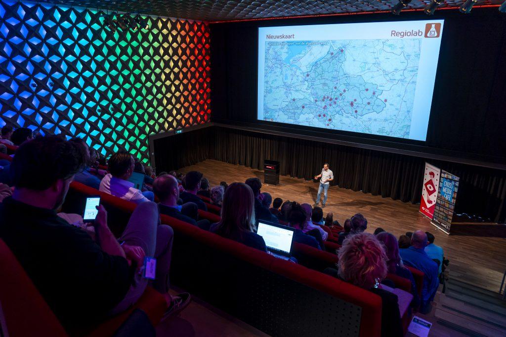 Just Vervaart (Omroep Gelderland) presenteert over Regiolab tijdens Cross Media Café - datatools voor nieuwsmakers