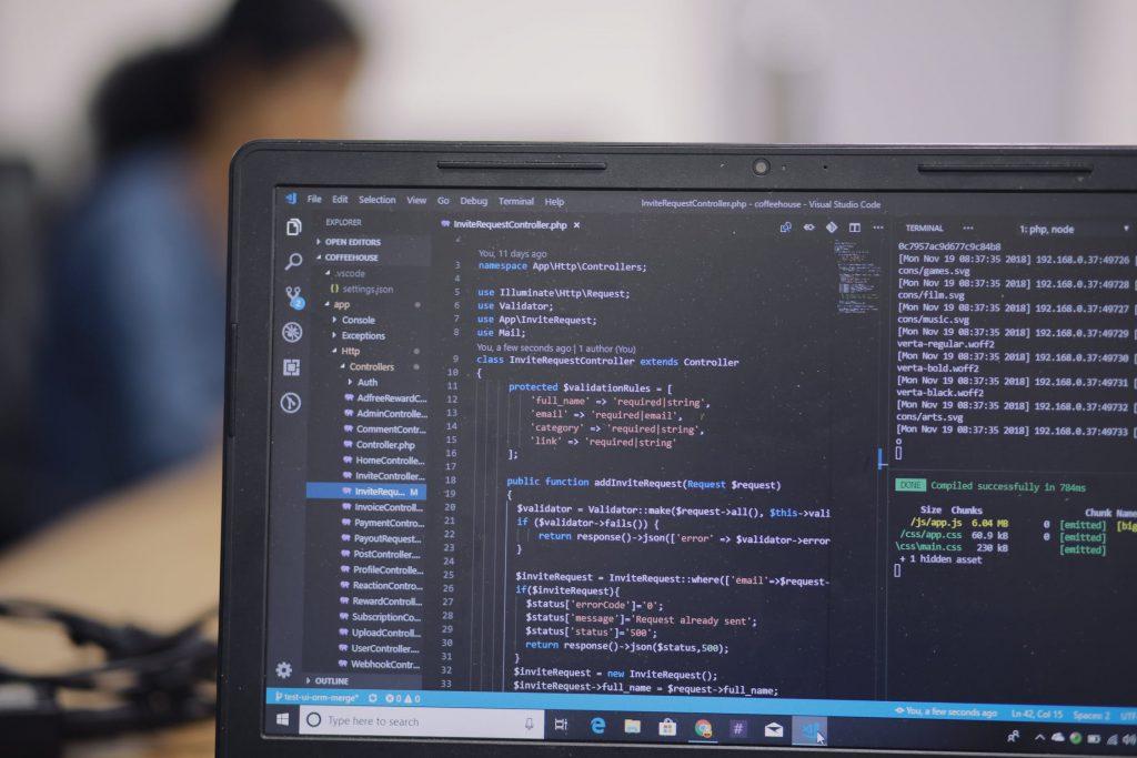 foto van computer met code