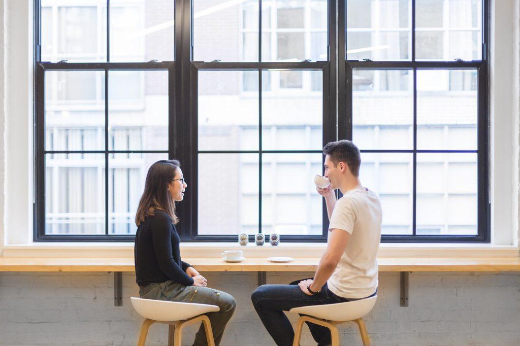 twee mensen die praten